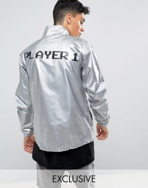 Reclaimed Vintage Inspired Festival Lightweight Jacket In Silver With Player 1 Print afbeelding