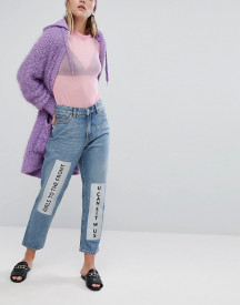 Monki Metallic Slogan Detail Mom Jeans afbeelding